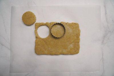 檸檬司康:用餅乾模切出6等分並放到烤盤上,每塊之間留固定的間隔。 圖/如何出版社...