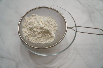 檸檬司康:全麥麵粉與泡打粉分別用細網眼的篩子篩入調理盆中,加入植物油後用手將麵粉...