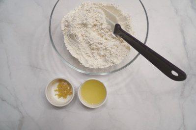 檸檬司康:把檸檬皮、檸檬汁、豆漿、糖漿、鹽倒入調理盆中,以刮刀輕輕攪拌至完全看不...