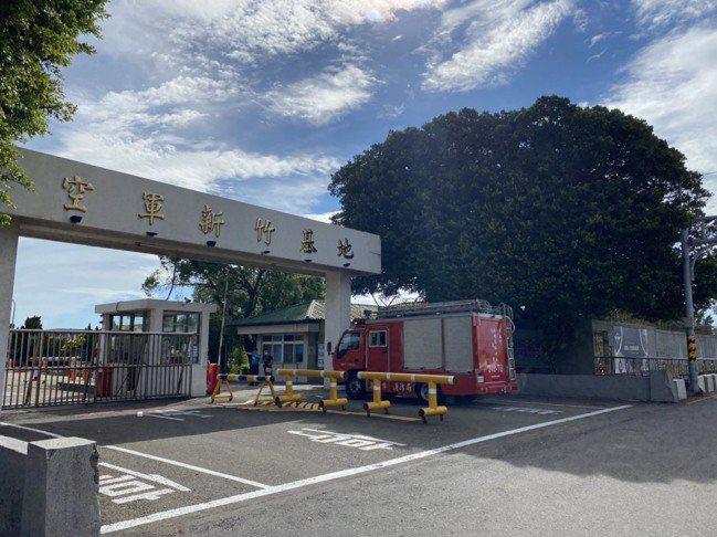 新竹市消防車進入空軍基地協助處理直升機墜落意外。 記者王駿杰/攝影