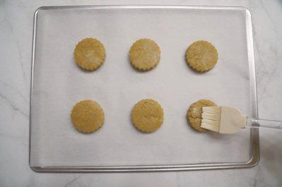 檸檬司康:用刷子在麵團表面刷上薄薄一層豆漿。 圖/如何出版社 提供