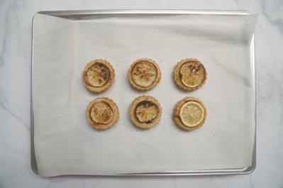 檸檬司康:在每一個麵團上放一片檸檬切片。 圖/如何出版社 提供
