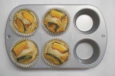 南瓜馬芬:麵糊裝入馬芬模具中,大約裝到模具的三分之二高度即可,放上裝飾用的南瓜片...