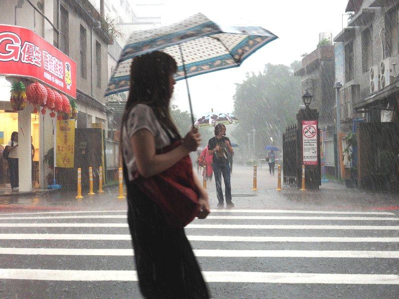 中央氣象局稍早對七縣市發布大雨特報。 歐新社資料照
