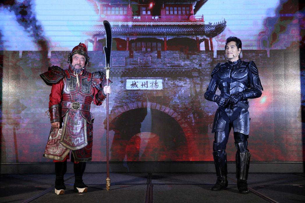 藍正龍(右)和智冠董事長王俊博(左)出席《黃易群俠傳M》上市記者會。記者曾吉松/...