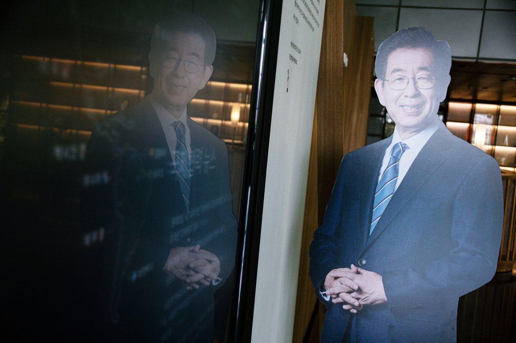 朴市長輕生過後,直到第6天,首爾市廳才終於在15日召開記者會出面表明立場,也因而...