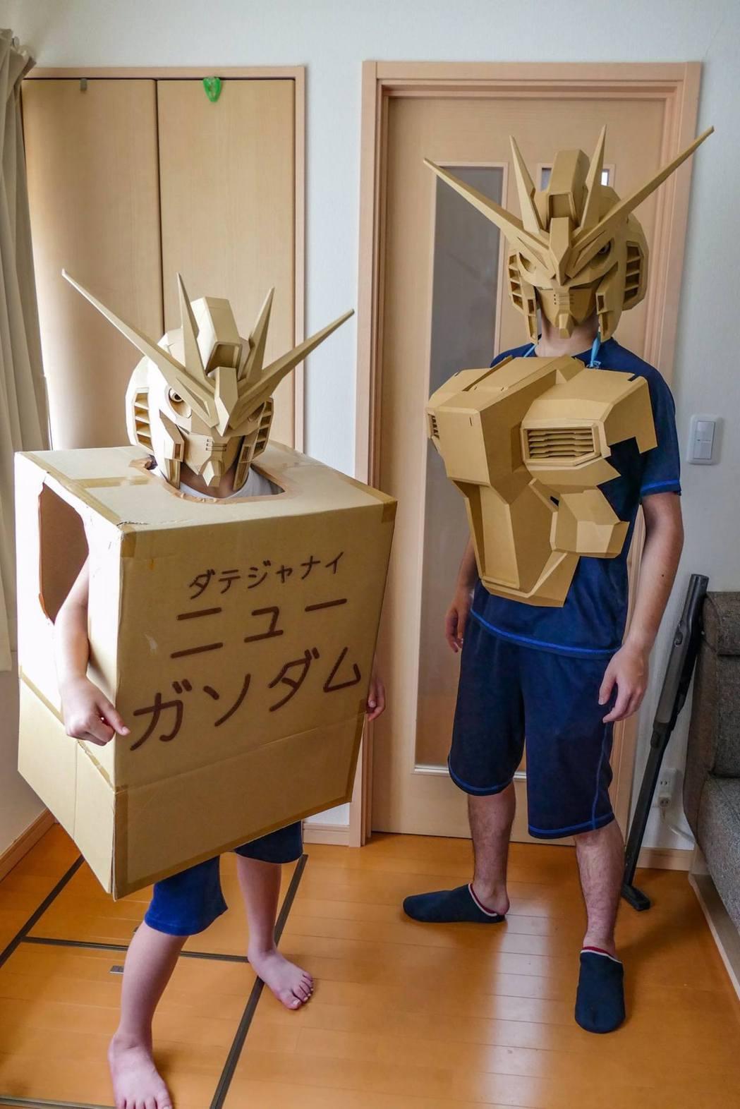 日本有網友在Twitter分享自製的紙箱鋼彈照片。(Twitter帳號「Tomo