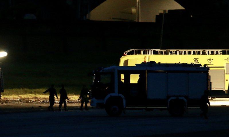 漢光演習再度發生意外,陸軍航特部戰搜直升機在新竹空軍基地,因機件故障迫降過程中發生重落地,直升機當場起火,2人不幸殉職,晚間軍方在殘骸旁架起照明車採證,要釐清事故進行調查。記者許正宏/攝影