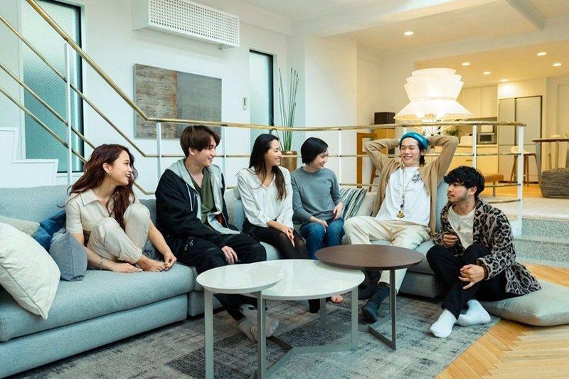 《雙層公寓》中觀眾隨著劇情的推演,套入自我的情緒當中,為故事中的角色投入情感。 圖/Netflix