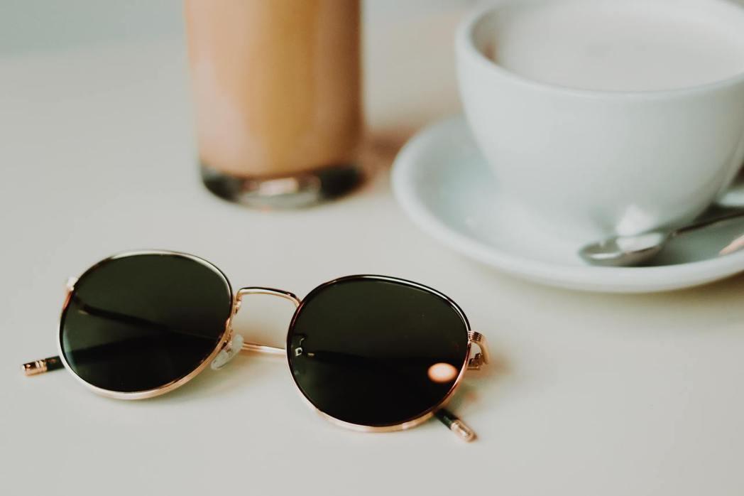 雖然黑色墨鏡很時尚,但是黑色對藍光抑制效果有限。 圖/unsplash