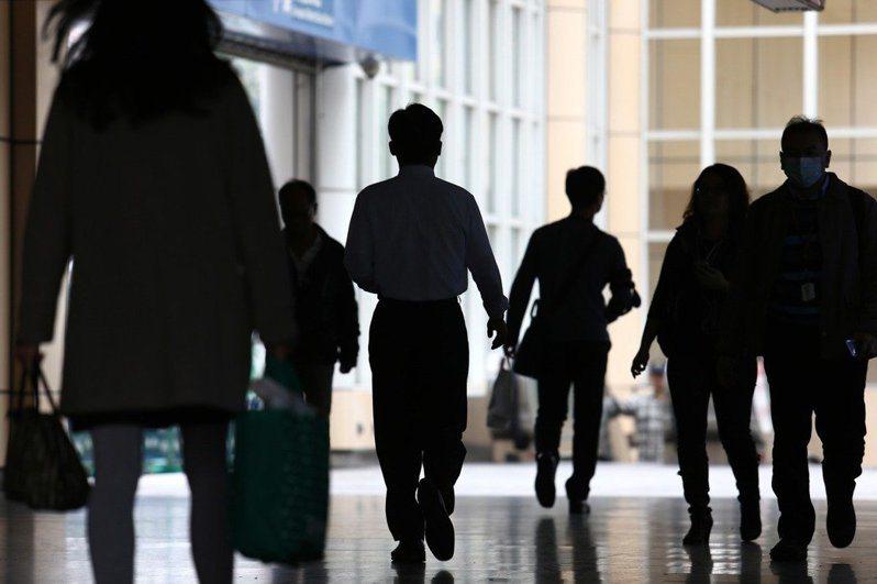 勞動部今日發布最新無薪假統計,目前實施無薪假家數974家,人數續減至23,607人。圖/聯合報系資料照片