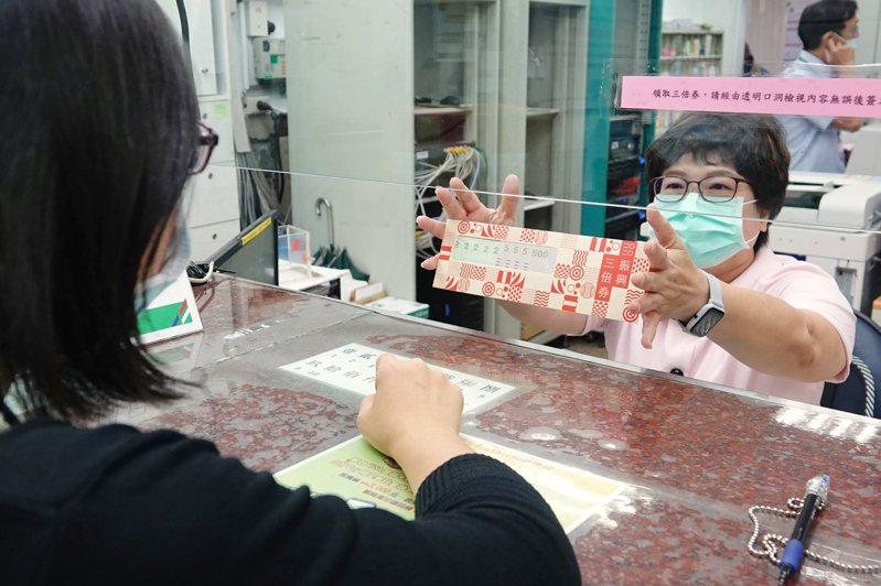 中華郵政公司統計,到今天上午10時,全台郵局已賣出超過90萬份的紙本振興三倍券。聯合報系記者林伯東/攝影