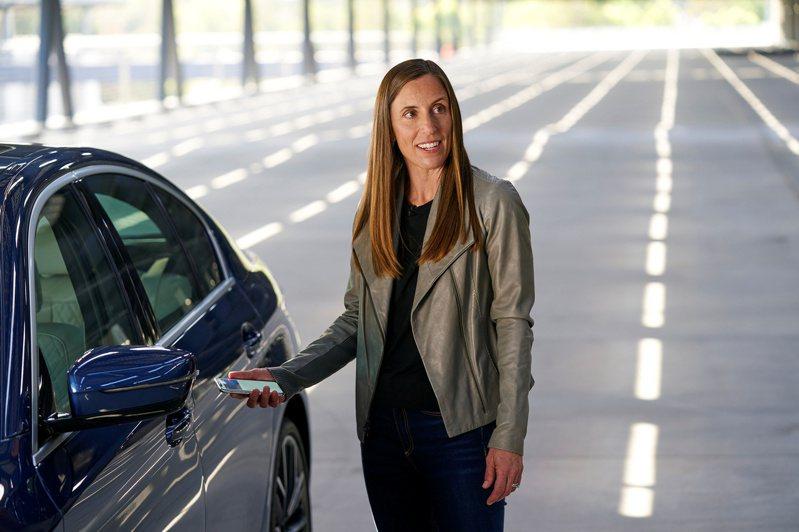 透過數位汽車鑰匙功能,可使用iPhone來開鎖、上鎖,以及發動相容的汽車。路透