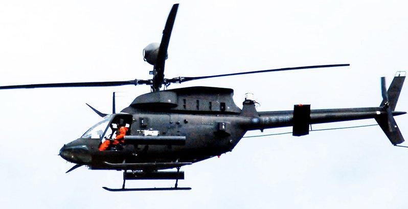 軍事迷補捉到陸軍航特部編號616的OH-58D戰搜直升機出發參與漢光演習的身影;這架直升機在今天下午墜毀,正副駕駛殉職。圖/鍾博鈞先生提供