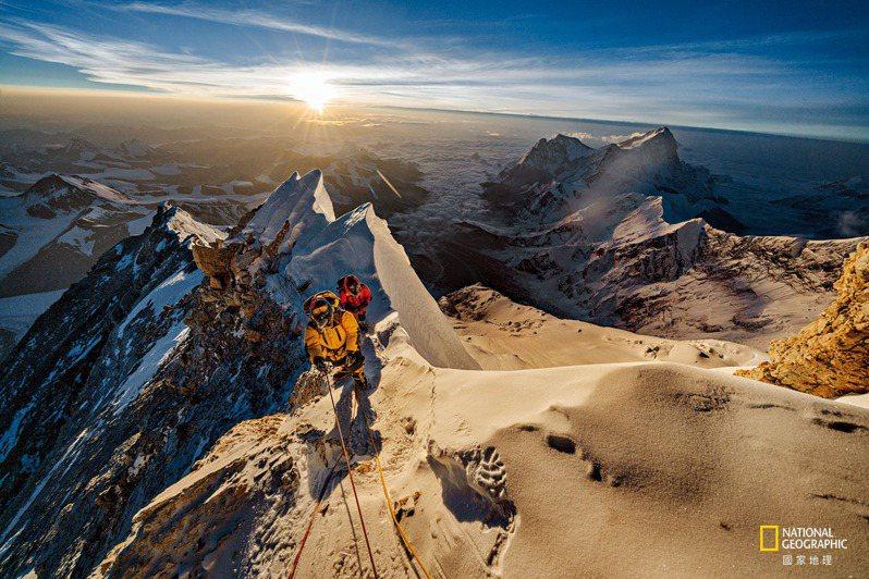 太陽自青藏高原上方升起,帕桑.卡吉.雪巴( 前) 與拉卡帕. 添吉.雪巴通過了聖母峰海拔8750公尺處。重要的問題是:喬治.馬洛里與桑迪. 厄文在1 9 24 年是否曾經爬到這麼高的地方,甚至登頂? 攝影:瑞南.阿茲特克 RENAN OZTURK