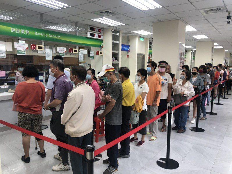 郵局昨開賣振興三倍券,嘉義市文化路郵局出現排隊人潮,不少人花了二個小時才買到。記者李承穎/攝影