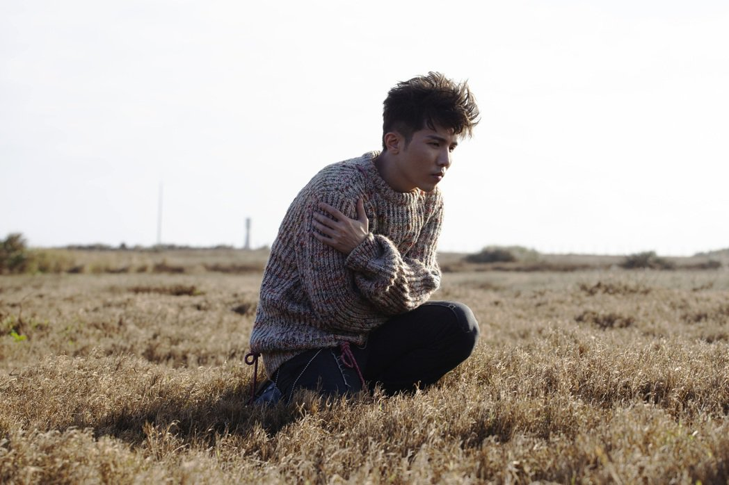 小宇去年特別南下墾丁,拍攝單曲「默念你」MV。圖/華納音樂提供