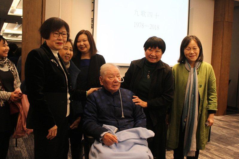 九歌慶祝40周年,創辦人蔡文甫(中)與作家合影。右一為廖玉蕙、右二為張曉風。記者陳宛茜/攝影