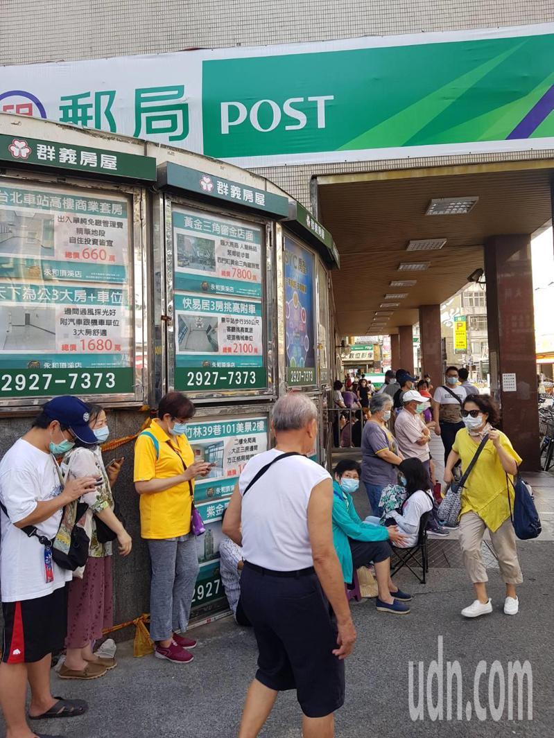 新北市永和一家郵局前,今天上午7時30分,排隊人龍已排到轉角後面。記者彭宣雅/攝影