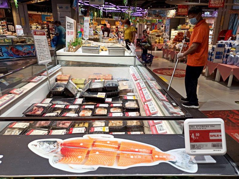 突圍北京豐台區一家超市內的進口海鮮冷凍櫃。中新社