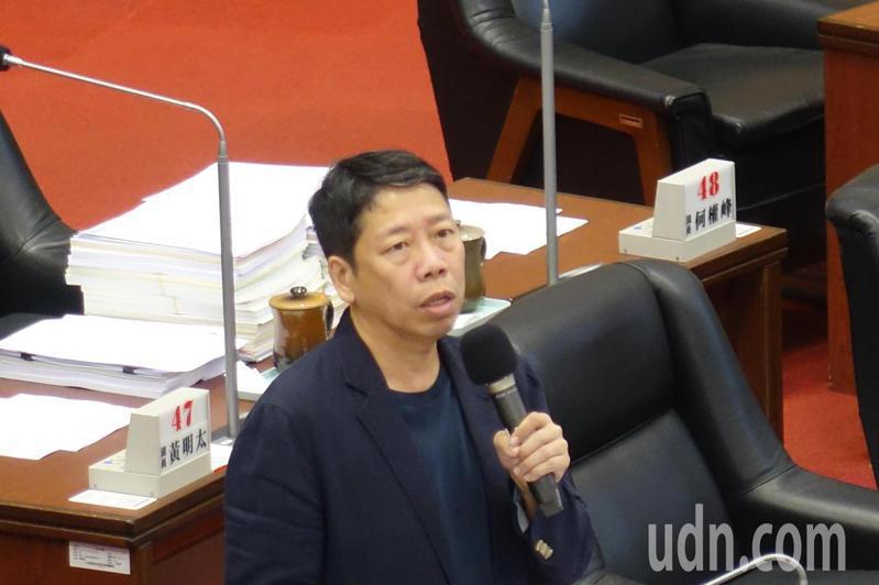 國民黨高雄市議員黃紹庭今天在總質詢時再追慶富案。記者楊濡嘉/攝影