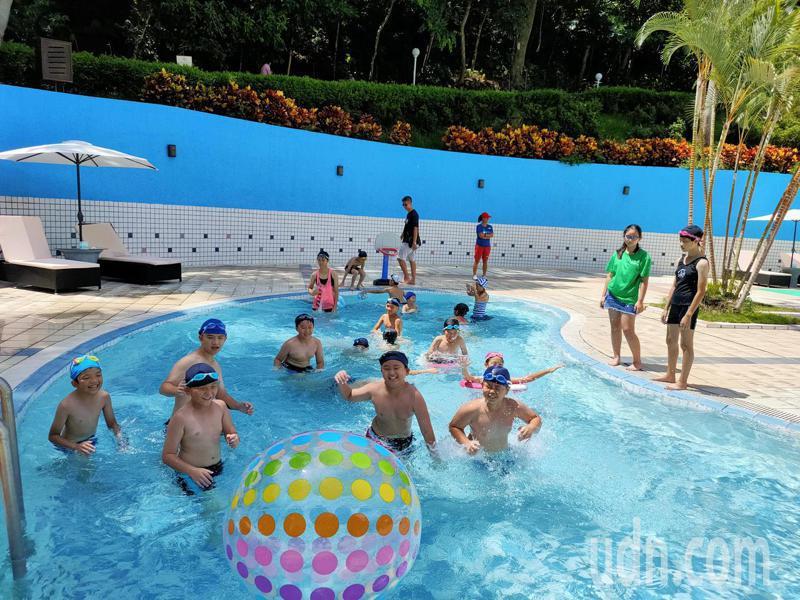 炎夏迎疫情解封,台東縣卑南鄉5家飯店即日期起至8月16日止,將開放民眾遊客免費泡湯共6次。記者羅紹平/攝影