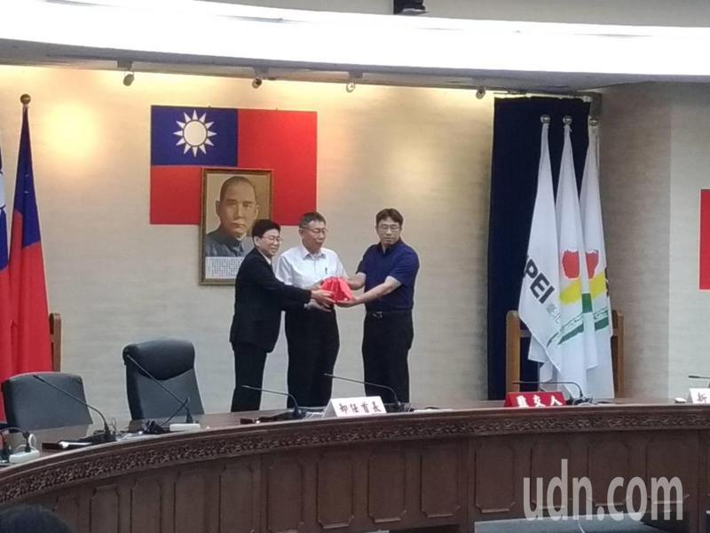 台北市秘書長薛春明(左)屆齡退休,秘書長一職由副秘書長陳志銘(右)升任。台北市長柯文哲(中)今天擔任監交人主持交接儀式。記者林麗玉/攝影