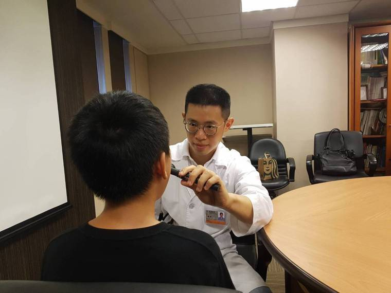 過敏性鼻炎除了鼻塞、流鼻水等鼻部症狀外,也可能和過敏性結膜炎、睡眠障礙、注意力不...