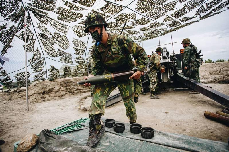 今天在台中甲南海灘實施 「聯合反登陸作戰」操演中 ,今年擴編動員「同心31號演習」的砲兵營,首次操作105公厘榴彈砲實彈射擊。圖/軍聞社