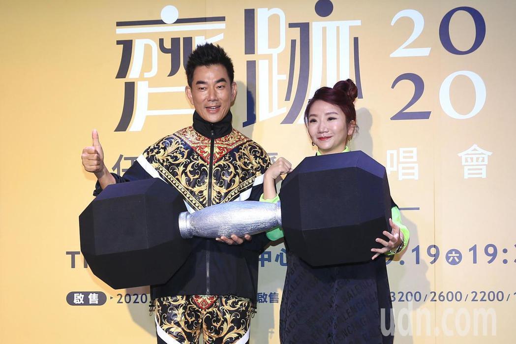 任賢齊(右)在台北舉行「齊跡2020演唱會台北站」記者會,圈內好友陶晶瑩(左)現...