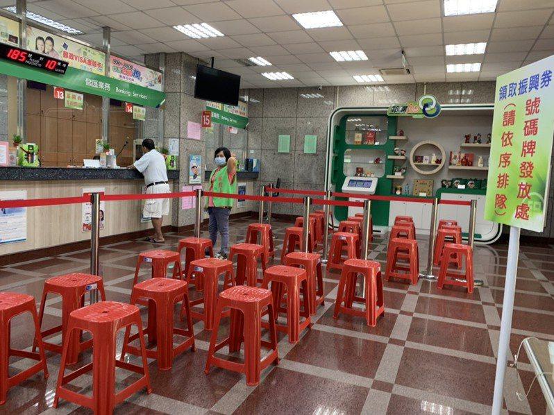 郵局為領取振興三倍券準備的紅椅子,今天幾乎未派上用場,民眾隨到隨辦,效率超快。記者吳淑玲/攝影