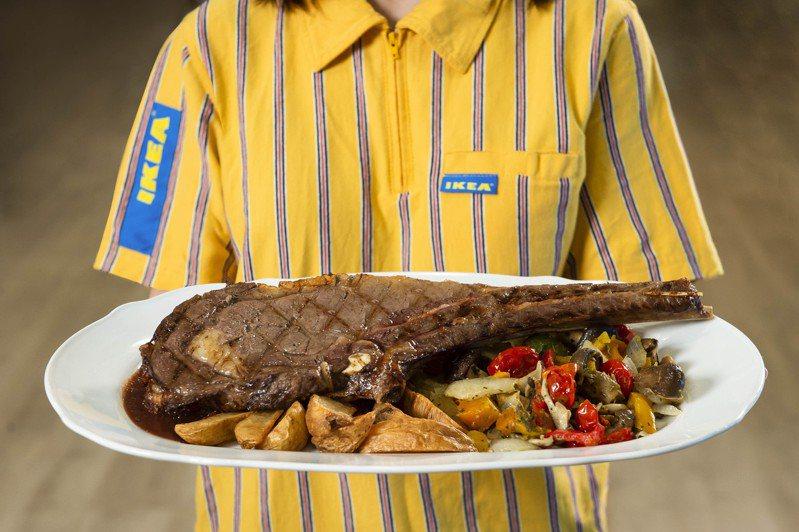 桃園店獨家料理,「比臉大」的雙人戰斧牛排,售價750元。