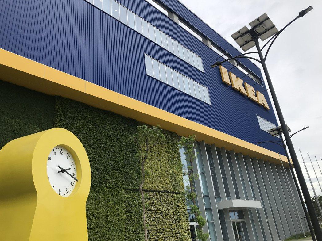 IKEA桃園店門口設置經典IKEA PS 1995巨型時鐘。記者江佩君/攝影