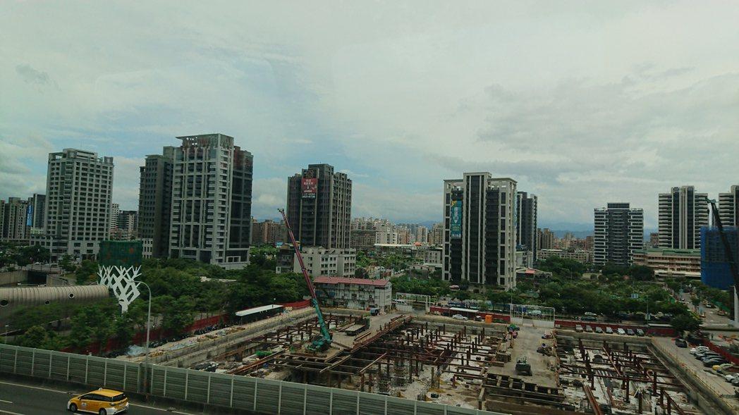 今年上半年新北市推案放量的區域,以新莊比去年同期暴增近200多億元最為驚人,在買...