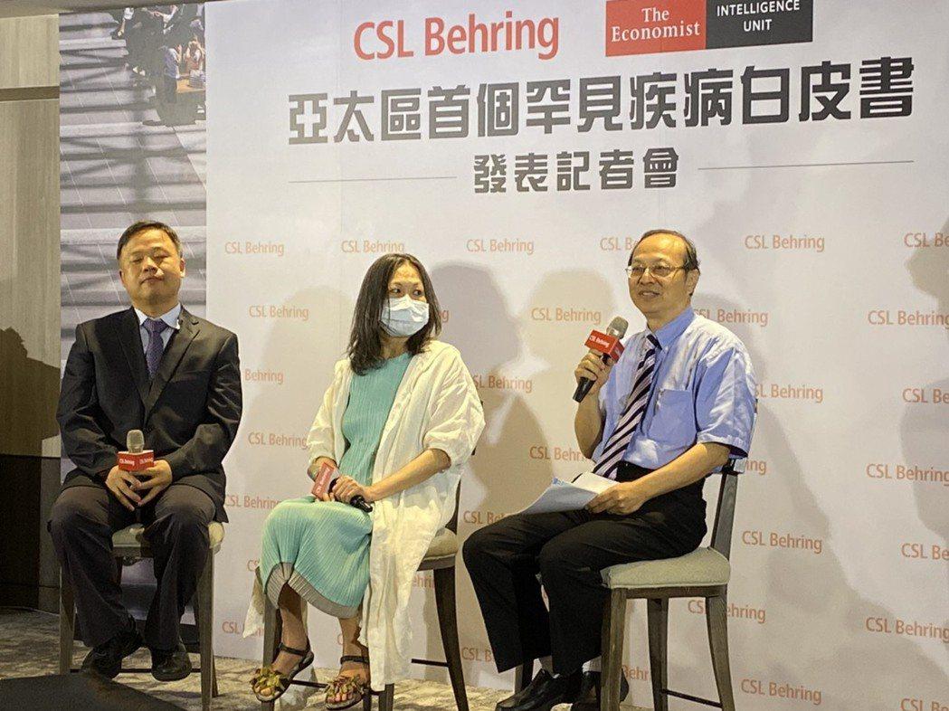 罕見疾病基金會共同創辦人曾敏傑(右)表示,台灣因有健保、身障法、罕病法這三大法案...
