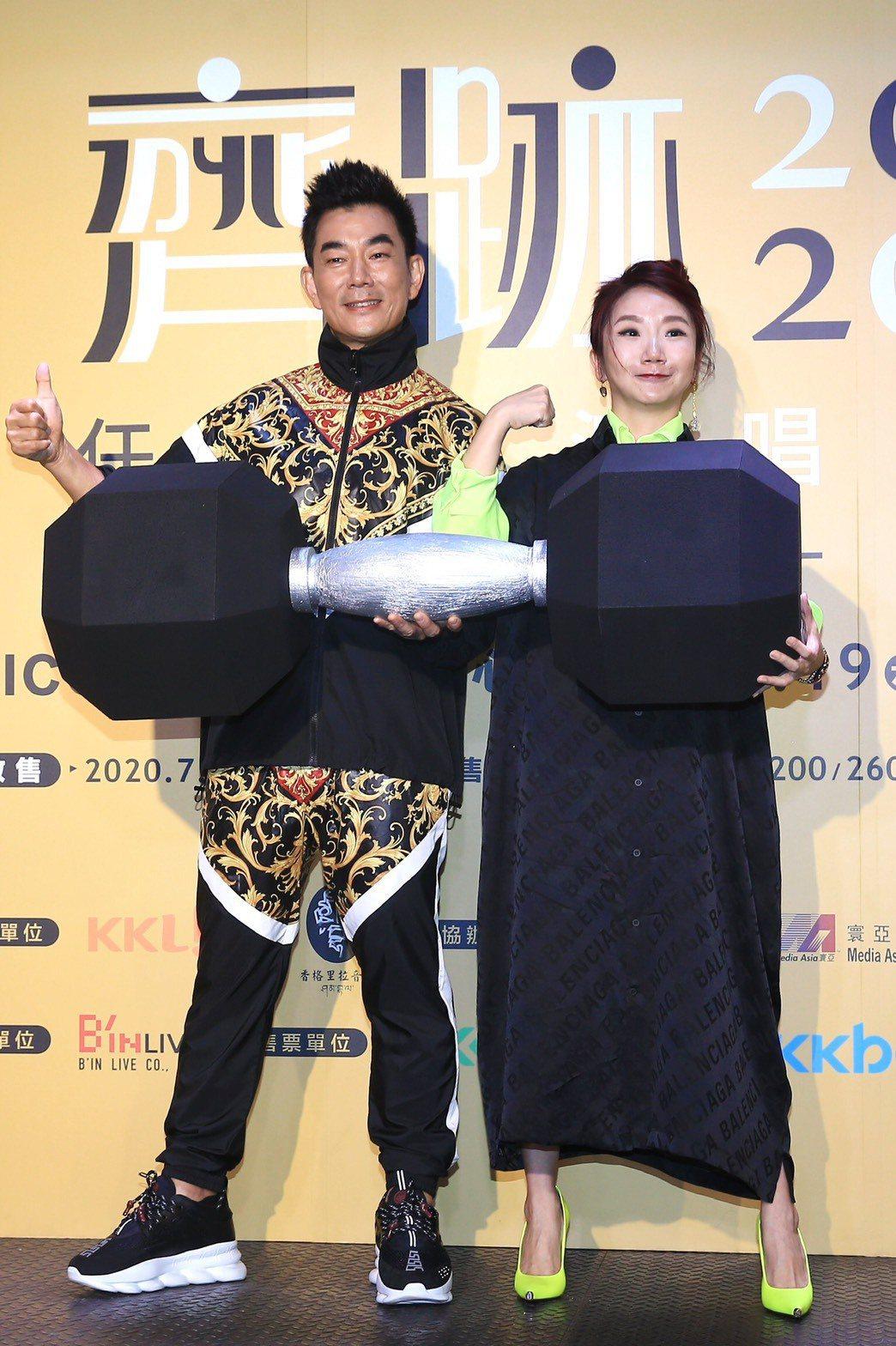 任賢齊(左)為9月演唱會造勢,陶晶瑩現身打氣。記者林伯東/攝影