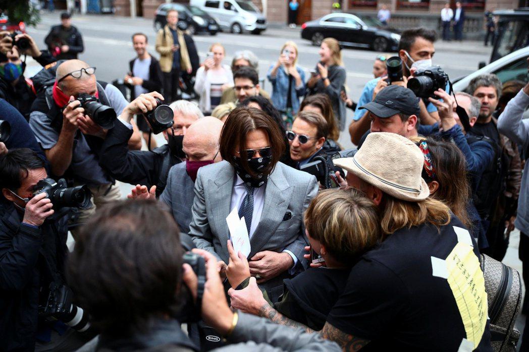 強尼戴普每次出庭都會被媒體包圍。圖/路透