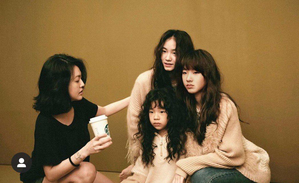 小S(左)親自指導3個女兒拍攝時尚照片。圖/摘自IG
