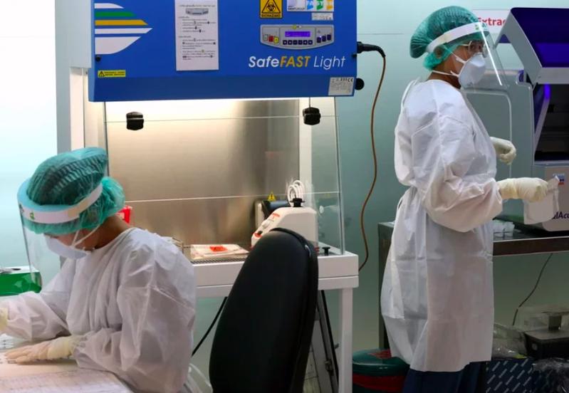 一班從台灣起飛載有223位旅客的長榮航空班機15日抵達泰國曼谷,其中有6名泰國人出現高燒症狀,立即送往醫院做進一步檢測。圖/歐新社