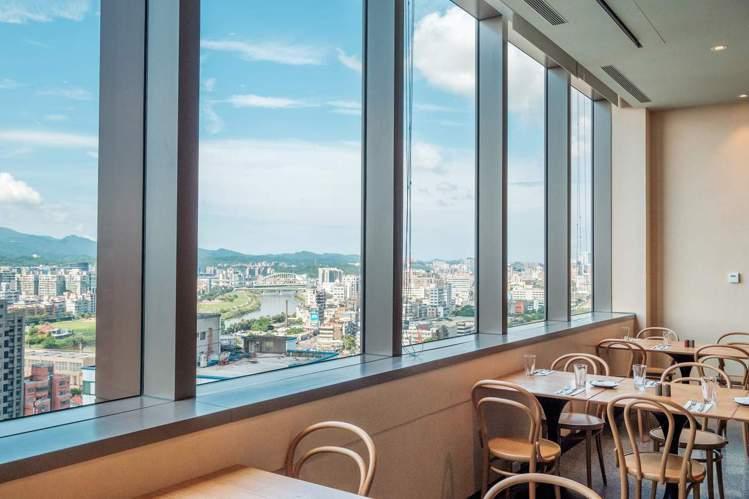 Que原木燒烤餐廳視野絕佳。圖/台北松山意舍酒店提供