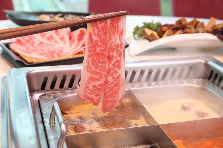 美滋鍋提供有6種湯底、200餘種食材。記者陳睿中/攝影