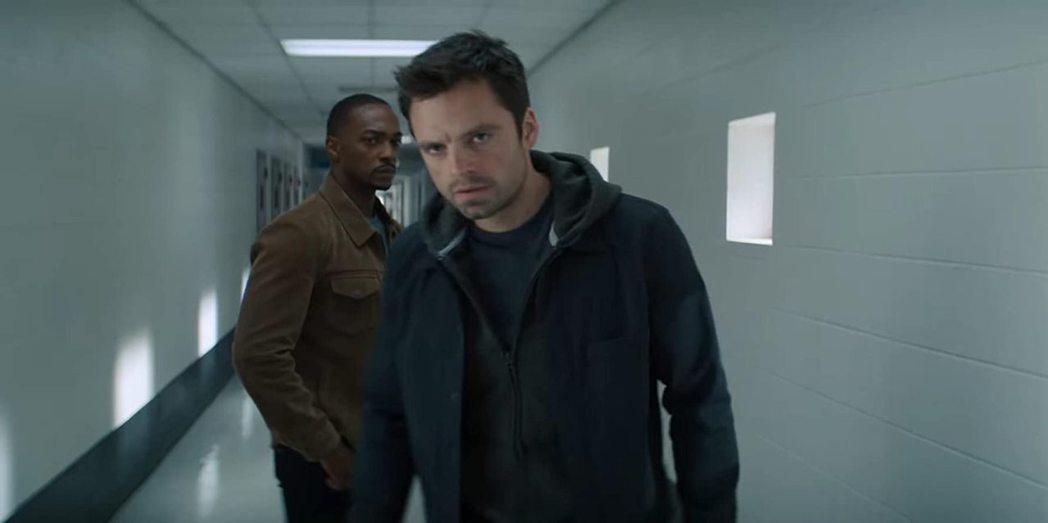 賽巴斯汀史丹(右)與安東尼麥奇主演漫威影集「獵鷹與酷寒戰士」。圖/摘自imdb