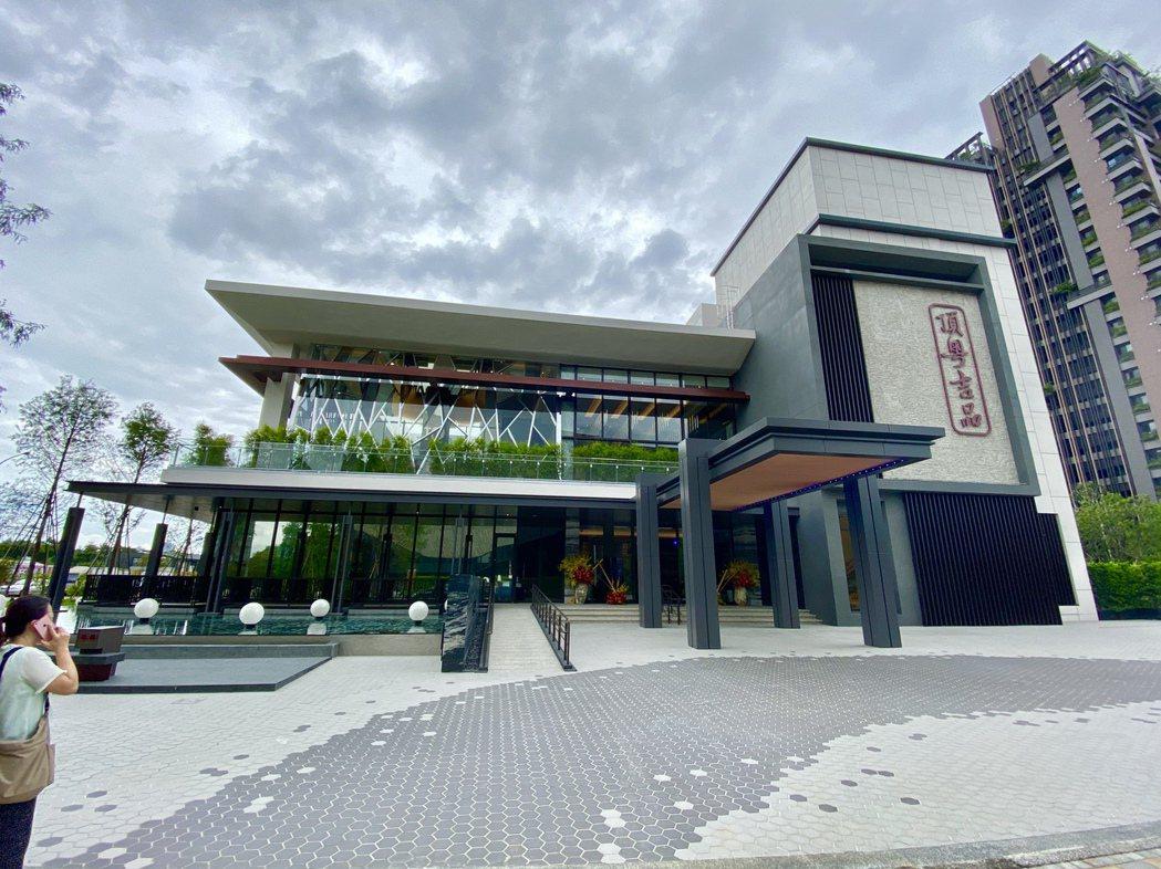坐落市政南一路的「頂粵吉品」,占地廣達1,122坪,為台中數一數二大規模頂級粵菜...
