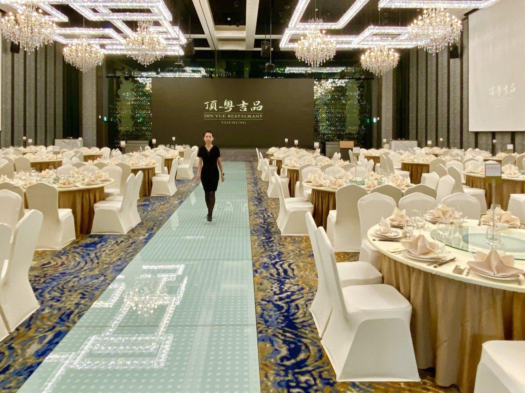 配備500吋LED電視牆、23米星光大道,可容納46桌、最多約552人同時用餐的...