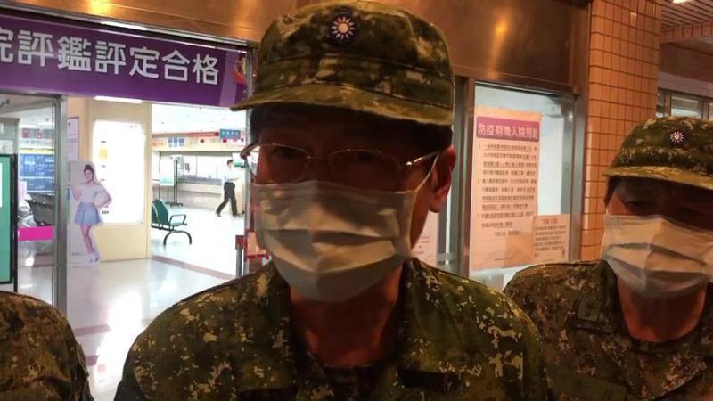 國防部長嚴德發今晚到新竹空軍醫院慰問兩名殉職飛官家屬,他說兩名飛官是國家英雄,為損少百姓損失英勇犧牲。記者王駿杰/翻攝