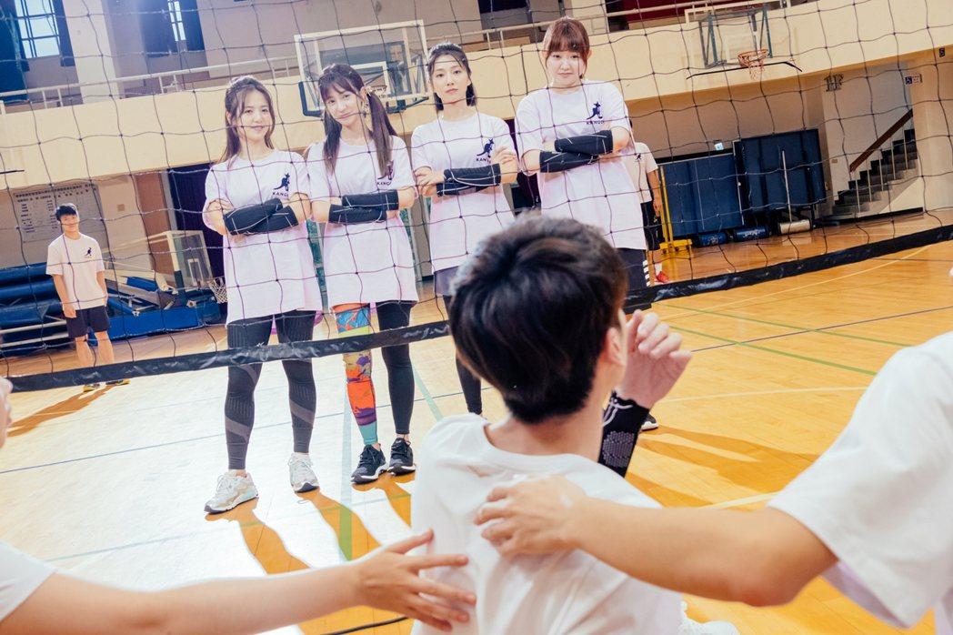 臧芮軒(左起)、陳敬宣、蔡黃汝、喬雅琳為好友出氣。圖/三立提供