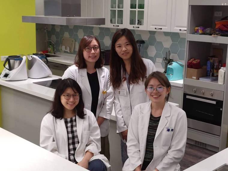 銀光學苑由袁瑋(前排左一)及心理治療師等組成照護團隊。記者黃妙雲╱攝影