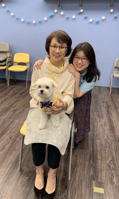 袁瑋(右)曾罹患憂鬱症,因此走上精神科之路,鑽研老年身心醫學。圖為她負責的銀光學...