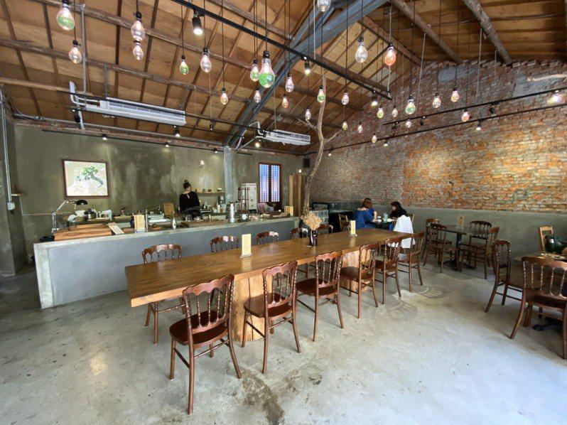 一中商圈育才北路「飲周公」,翻修50年老屋打造復古餐飲空間。記者喻文玟/攝影
