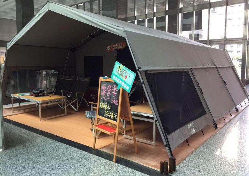 高雄市觀光局為推動旗津觀光,下月中旬將在旗津設全國首創的海邊豪華露營區,設置固定露營帳篷。圖為正在高雄市政府四維行政中心展示的豪華露營帳篷。 記者楊濡嘉/攝影